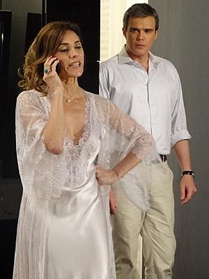 René flagra Tereza Cristina nervosa ao telefone (Foto: Fina Estampa / TV Globo)