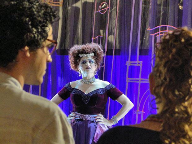 Úrsula Munhoz, a atriz, fica chocada com a visão de Iara (Foto: Aquele Beijo/TV Globo)