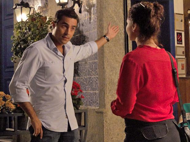 Vicente avisa que vai pedir Lucena em casamento (Foto: Aquele Beijo/TV Globo)