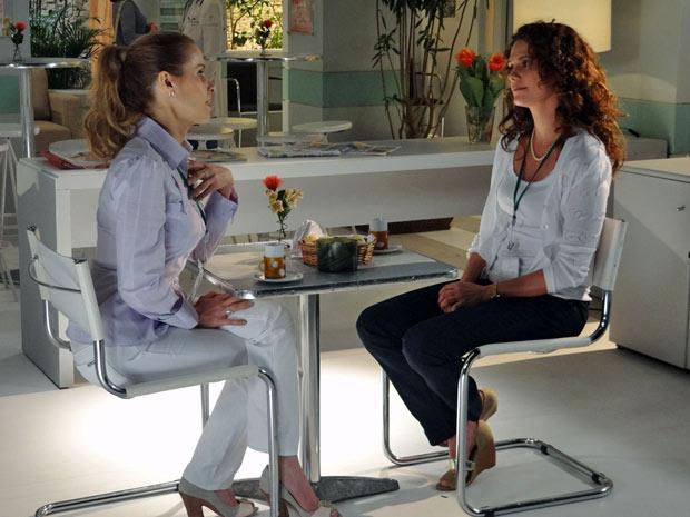 Celina diz para Dora que Marcos deveria trabalhar (Foto: A Vida da Gente/TV Globo)