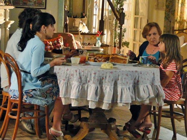 Manu tenta convencer Júlia a visitar Ana no hospital (Foto: A Vida da Gente/TV Globo)