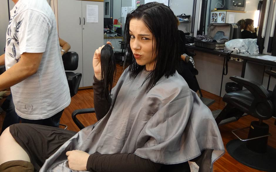 Bia faz graça ao mostrar o seu rabo de cabelo cortado