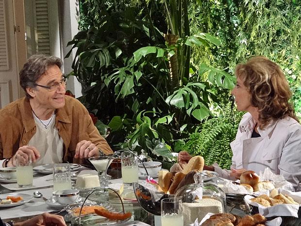 Alberto e Maruschka trocam farpas (Foto: Aquele Beijo/TV Globo)