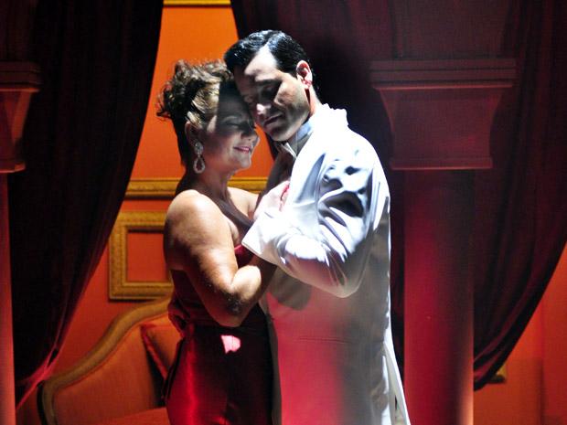 Amália dança com Joselito durante sonho (Foto: Aquele Beijo/TV Globo)