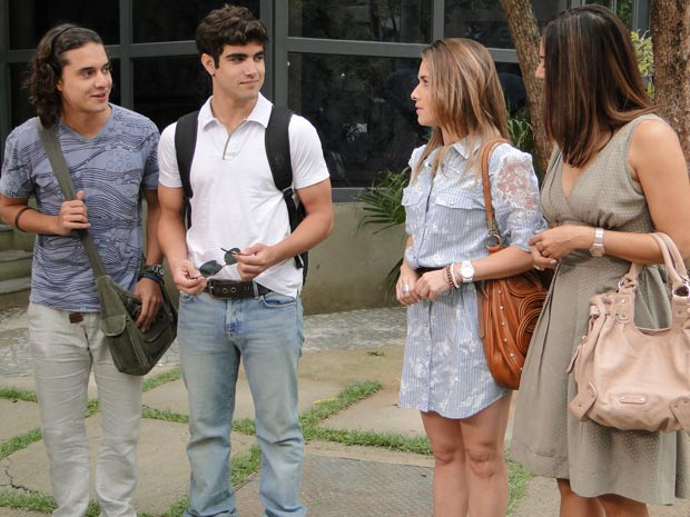 Antenor diz a Beatriz que é filho da dona da loja Pereirão (Foto: Fina Estampa / TV Globo)