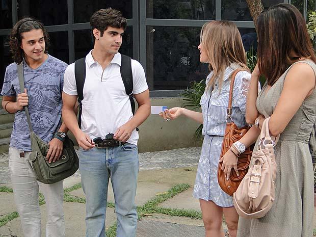 Beatriz entrega seu cartão a Antenor (Foto: Fina Estampa / TV Globo)