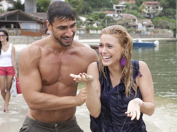 Julio Rocha e Carolina Dieckmann molhados após gravação (Foto: Fina Estampa/TV Globo)