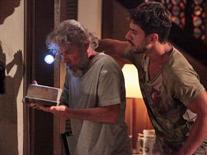 Enzo e Pereirinha descobrem possível pista do tesouro (Foto: Fina Estampa/ TV Globo)