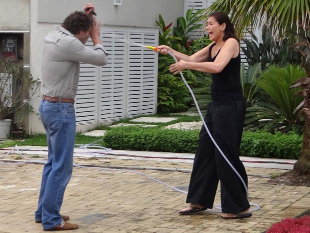 Griselda deixa Guaracy encharcado com um banho de mangueira acidental (Foto: Fina Estampa/TV Globo)
