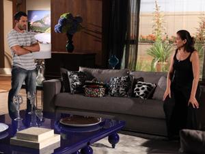 Ela comenta com Quinzé que o Guaracy está muito estranho (Foto: Fina Estampa/TV Globo)