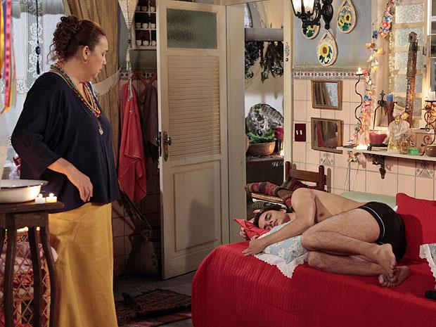 Iara fica surpresa ao se deparar com Carneirinho dormindo (Foto: Aquele Beijo/TV Globo)