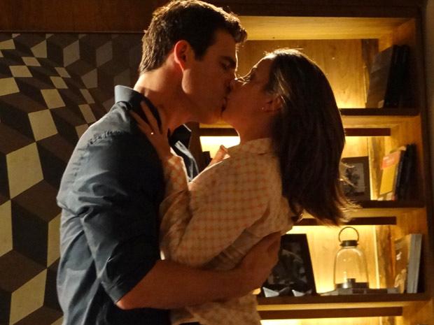 O bonitão enche a professora de beijos apaixonados  (Foto: Fina Estampa/TV Globo)