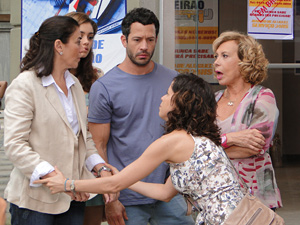 Lourdes implora a Griselda pelo emprego (Foto: Fina Estampa / TV Globo)