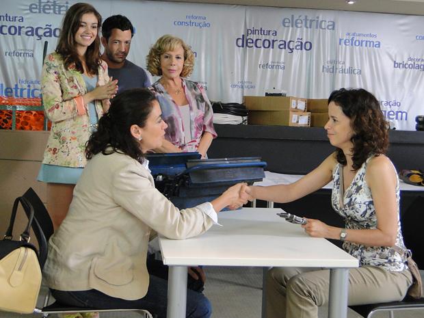 Griselda contrata Lourdes (Foto: Fina Estampa / TV Globo)