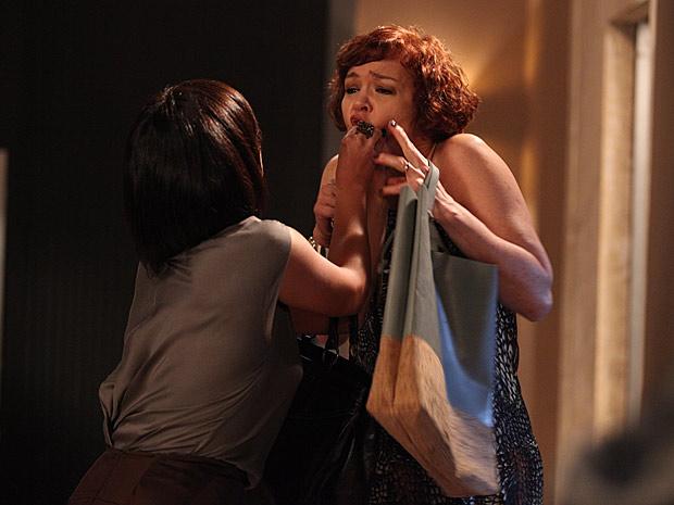 Marcela enfia comprimido na boca de Esther (Foto: Fina Estampa / TV Globo)