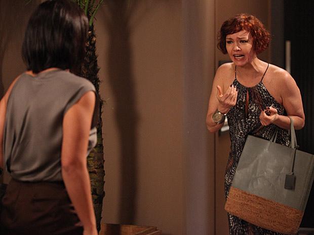 Esther se desespera com a atitude da jornalista (Foto: Fina Estampa / TV Globo)