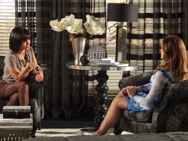 Marcela promete guardar o segredo caso Tereza Cristina seja generosa na quantia (Foto: Fina Estampa/TV Globo)