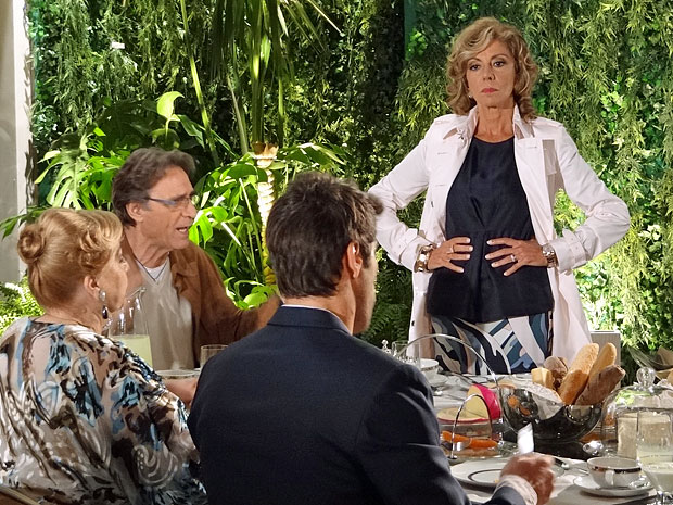 Maruschka se irrita após provocar Alberto (Foto: Aquele Beijo/TV Globo)