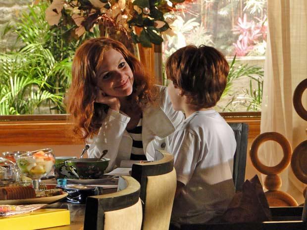 Nanda ajuda Tiago com a lição (Foto: A Vida da Gente / TV Globo)