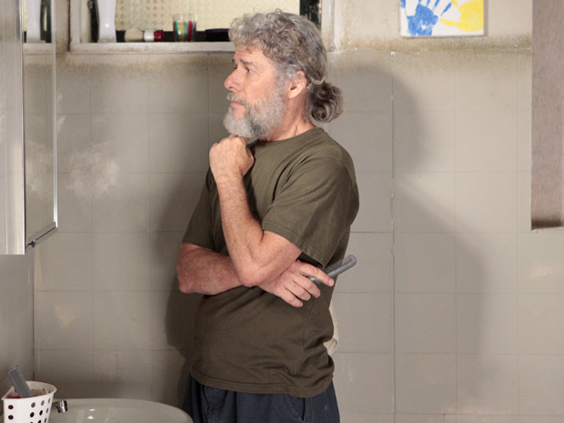 Pereirinha fica se olhando no espelho depois do encontro com Tereza Cristina (Foto: Fina Estampa/TV Globo)