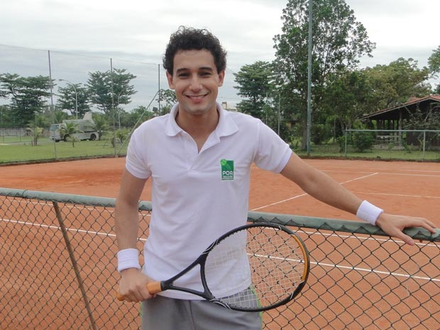 Rafael Almeida viverá o jovem humilde Miguel, que será treinador de tênis  (Foto: A Vida da Gente/TV Globo)