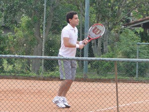 Enquanto espera a gravação, Rafael treina algumas jogadas  (Foto: A Vida da Gente/TV Globo)