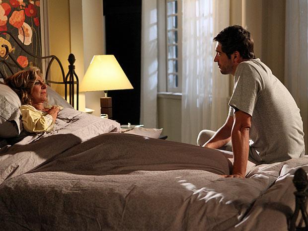Rubinho não concorda com o romance de Alberto e Sarita (Foto: Aquele Beijo/TV Globo)