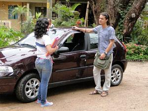 A menina não perde tempo e pede uma carona para Daniel (Foto: Fina Estampa / TV Globo)
