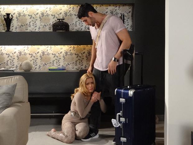 Teodora se ajoelha e agarra a perna de Wallace (Foto: Fina Estampa/TV Globo)