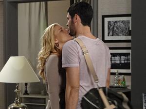 A loira tenta beijar o lutador que permance frio (Foto: Fina Estampa/TV Globo)