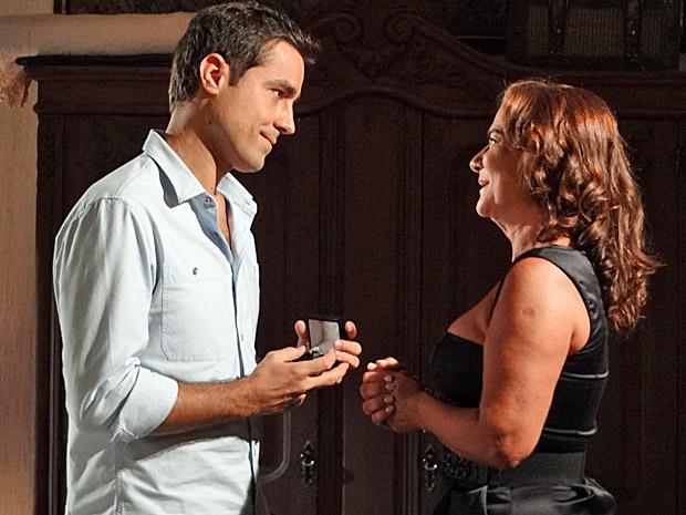 Vicente tem uma conversa séria com a mãe (Foto: Aquele Beijo/TV Globo)