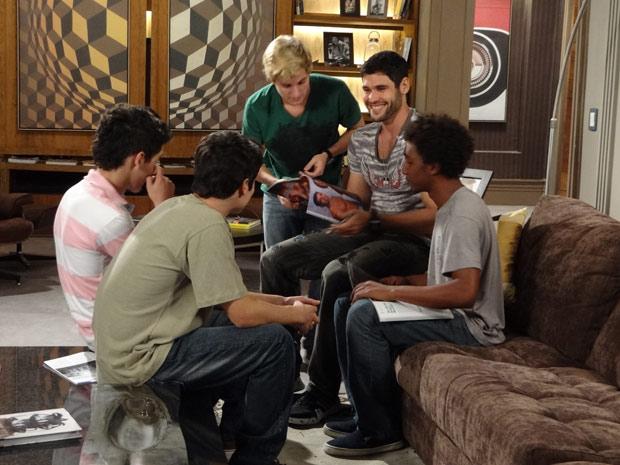 Wallace rodeado pelos meninos (Foto: Fina Estampa/TV Globo)