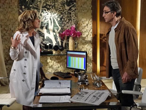 Alberto e Maruschka discutem na Comprare (Foto: Aquele Beijo/TV Globo)