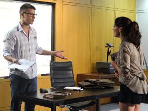 Alexandre é intolerante com a jovem (Foto: Fina Estampa/TV Globo)