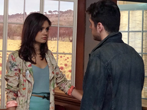 A jovem se mantém fria frente ao ex-namorado (Foto: Fina Estampa/ TV Globo)