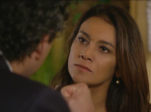 Celeste enfrenta o marido após ser insultada (Foto: Fina Estampa/TV Globo)