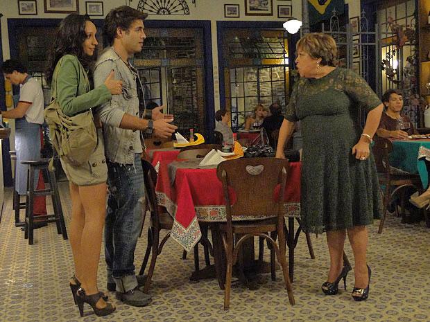 Brites interrompe o casal (Foto: Aquele Beijo / TV Globo)