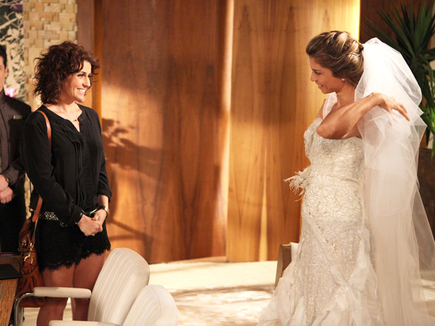 Claudia passa a maior saia-justa (Foto: Aquele Beijo/TV Globo)