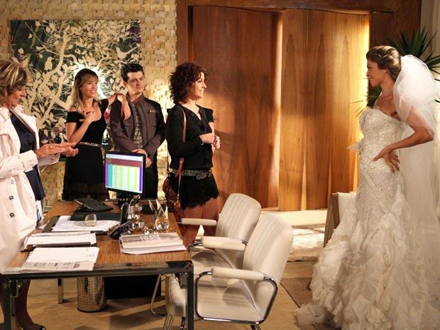 Lucena sabe o vestido é lindo e parece adorar a situação (Foto: Aquele Beijo/TV Globo)