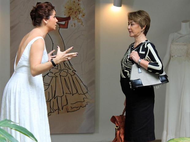 Claudia e Regina estão conversando na loja (Foto: Aquele Beijo/TV Globo)