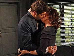 Os noivos se beijam (Foto: Aquele Beijo/TV Globo)