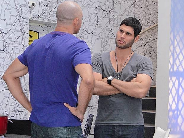 Wallace recebe proposta de Clint e fica na dúvida (Foto: Fina Estampa / TV Globo)