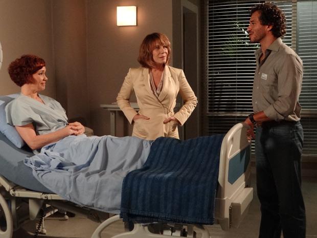 Apenas Danielle e Guaracy ficam com a estilista no hospital. Paulo não aparece (Foto: Fina Estampa/TV Globo)