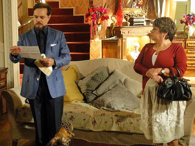 Felizardo lê o conteúdo da carta anônima recebida por Brites (Foto: Aquele Beijo/TV Globo)