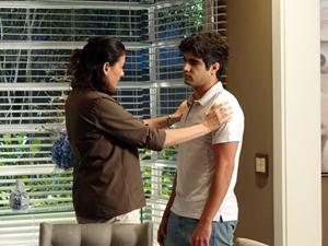 Antenor cede e diz à mãe que vai dar um tempo a Patrícia (Foto: Fina Estampa / TV Globo)