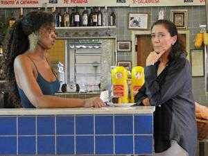 Griselda fica cismada, com ciúmes do português (Foto: Fina Estampa/TV Globo)