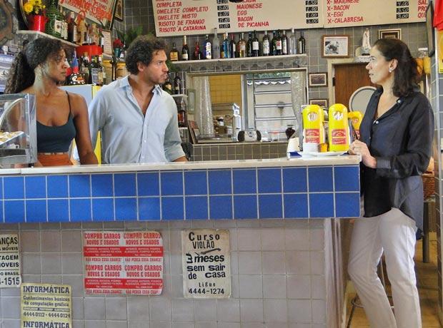 Guaracy diz para Griselda que está ocupado, ajudando uma outra mulher (Foto: Fina Estampa/TV Globo)