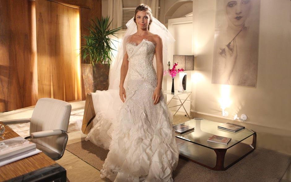 Lucena aparece deslumbrante em vestido de noiva modelo sereia
