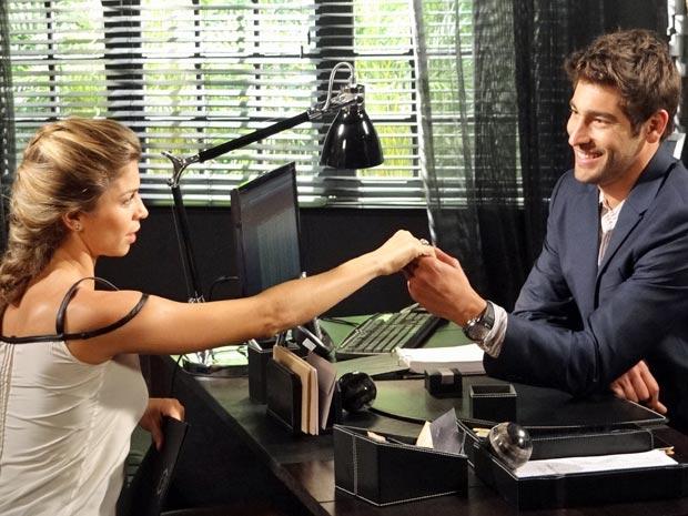 Lucena exibe aliança de noivado  (Foto: Aquele Beijo/TV Globo)