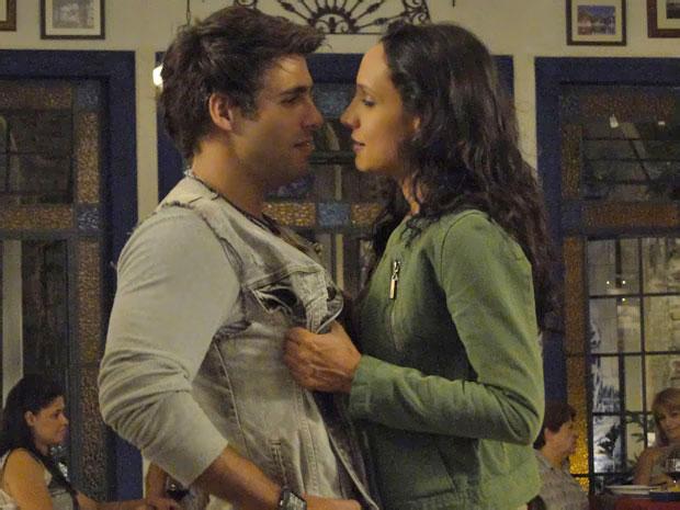 Raíssa propõe que Sebastião se case com ela (Foto: Aquele Beijo / TV Globo)